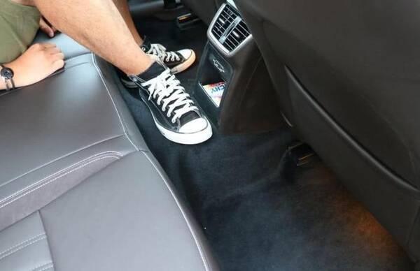 为何德系车后排地板带有凸起,而日系车却很少有?了解再买也不迟