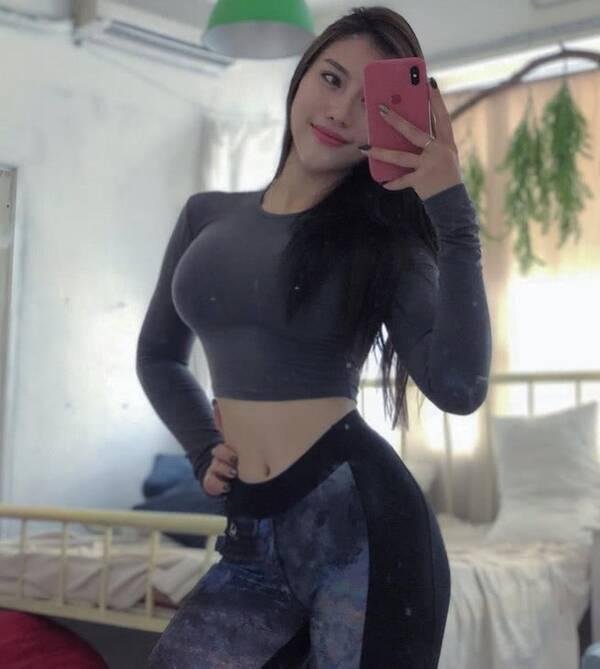 越南姑娘体型太瘦,健身增重7公斤,如今身材紧