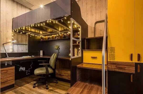 01 上铺床尾,下面是一个长长的大书桌 书架,小空间都显得非常宽敞图片