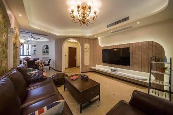 客厅内采用了和弧形玄关一体的电视背景墙,具有极好的视觉延伸感