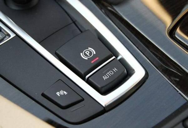 紧急情况下刹车失灵,可用手刹代替吗?老司机:关键时刻还得靠它