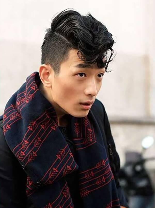 """有些学校对于男生剪括号刘海发,或者A字刘海发是睁一只眼闭一只眼的放任状态,但是对于那些看似很""""潮""""、很""""酷""""的奇怪的刘海发型,是绝不姑息的。 NO.1、脏辫"""