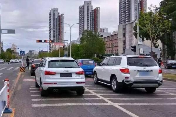 自动挡等红灯应挂什么挡?驾龄不同做法不同,正确答案只有一个