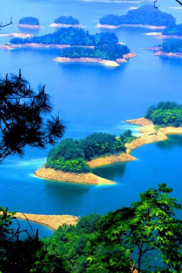 游玩千岛湖主要是坐游船登岛游览,景区按照游船线路为中心湖区,东南湖