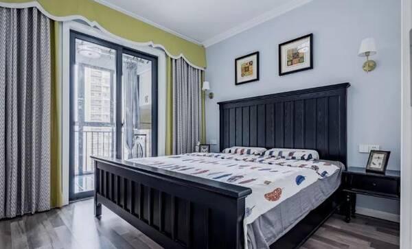主卧通铺木地板,搭配浅蓝色墙面,灰绿色拼接窗帘,深色木质家具,整体