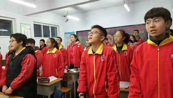 12月4日早晨,高平四中的各班利用晨读时间学习宪法相关内容;课间活动