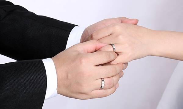 男生应该知道的婚戒戴法 结婚戒指戴哪个手指才是合适图片