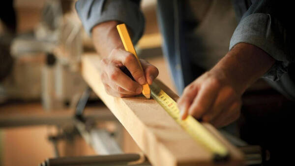 在    岁这种大好年华里,木工手作人小路总是将时间耗在工作室里.
