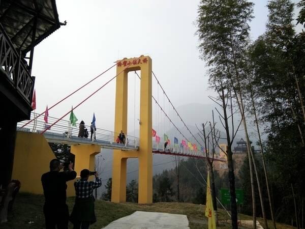 由玫瑰花开乐园和动物园两部分组成,主要观光景点和游乐项目有:花山