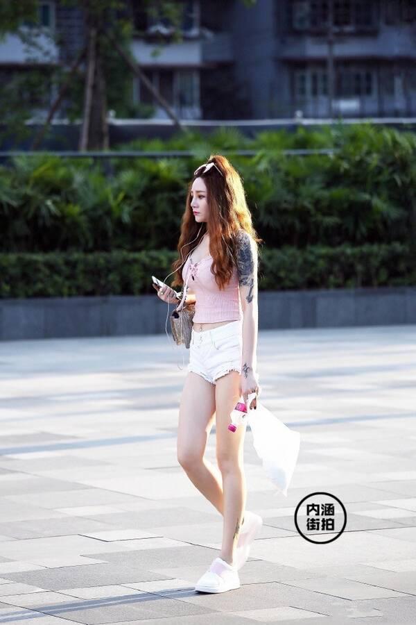 街拍丨都说白色热裤是小个子美女的拉升大长腿的利器