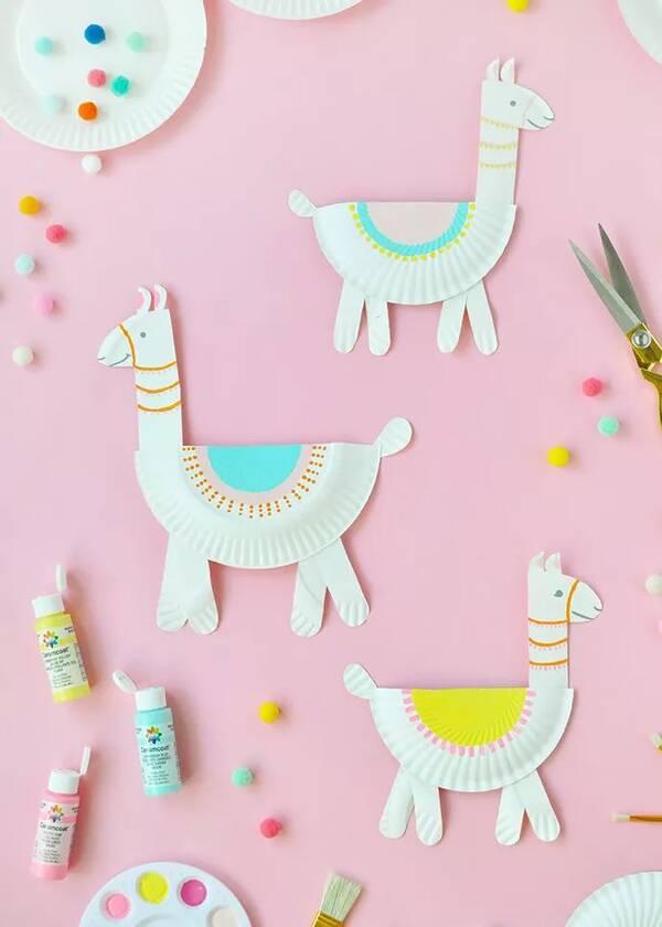 原标题:巧手DIY丨手工没创意?那是你没看到这些! 纸盘小动物 咱们的老朋友 蛋糕纸盘 又和大家见面了 这次它们变身为各种可爱的小动物 带来了很多惊喜哟~  这些漂亮的小羊驼 就是用纸盘做出来的哟 是不是觉得很可爱呢? 我们一起来看看是怎么做的吧~  【准备材料】:纸盘、胶枪、颜料、画笔、剪刀~  1、第一步,将纸盘剪出小动物的身体和部位,比如它的脑袋,小脚。  2、接着,拿出胶枪加热后将羊驼的身体各部位粘贴起来~  3、现在,需要给小羊驼增加一些色彩,让它看看起来更加生动漂亮。小朋友们可以选择自己喜欢的