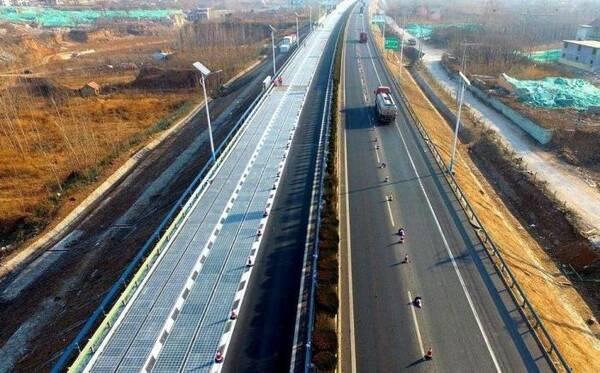 国内的高速公路有多厉害?让车子边跑边充电,外国不行我们做到了