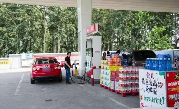 车子加过油后你会怎么做?有钱人直接开走,会过日子的人多做一步