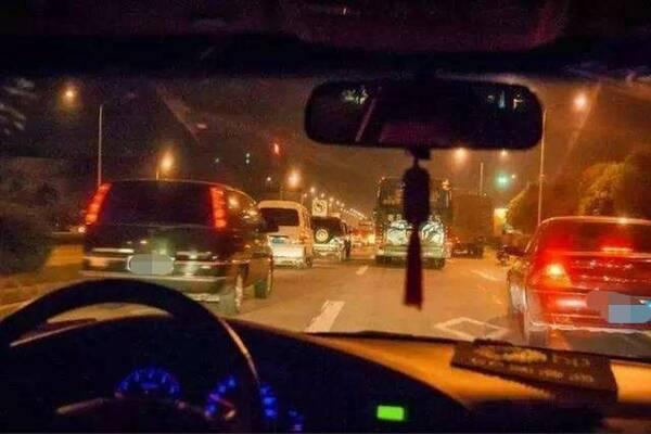 """为啥夜间开车要""""走灰不走白 见黑就停下来""""?老司机:为了保命"""
