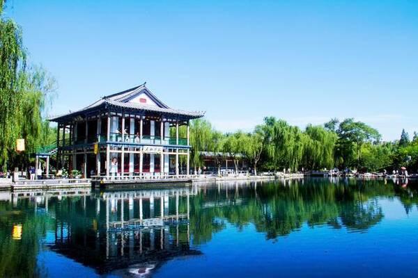 与趵突泉,千佛山并称为济南三大名胜,也是泉城济南重要的风景名胜