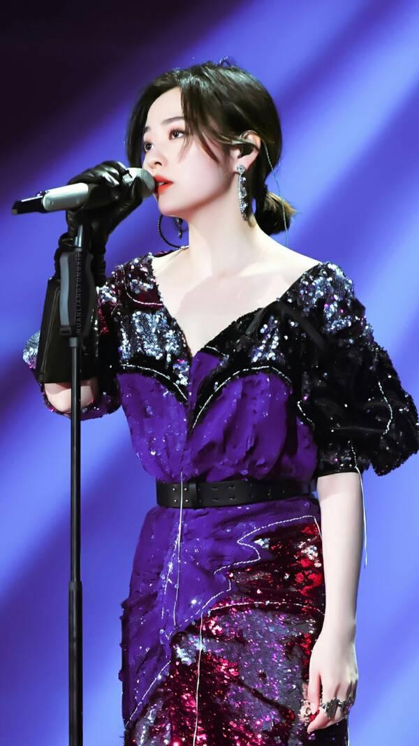 张靓颖剪短发气质飙升,亮片裙融合四种颜色,竟被完美图片
