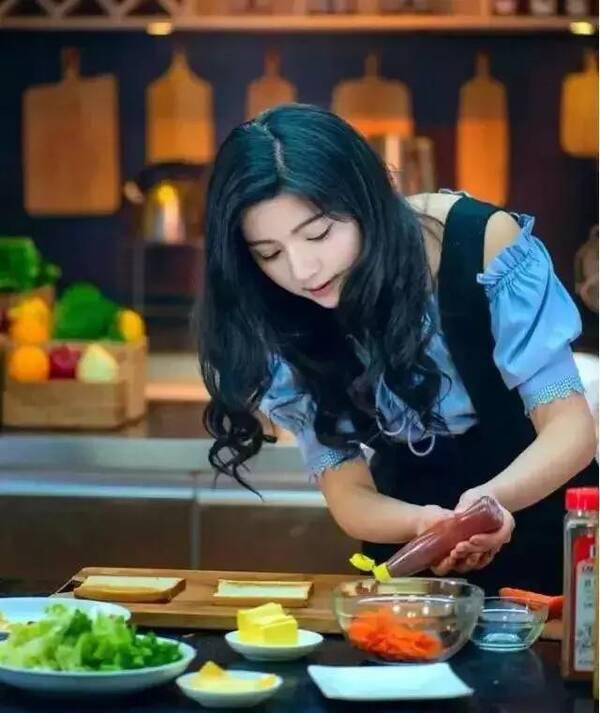李爽2016年素有于天津师范大学,对美食毕业v美食,曾主持过贵州卫视比基尼美女掉图片