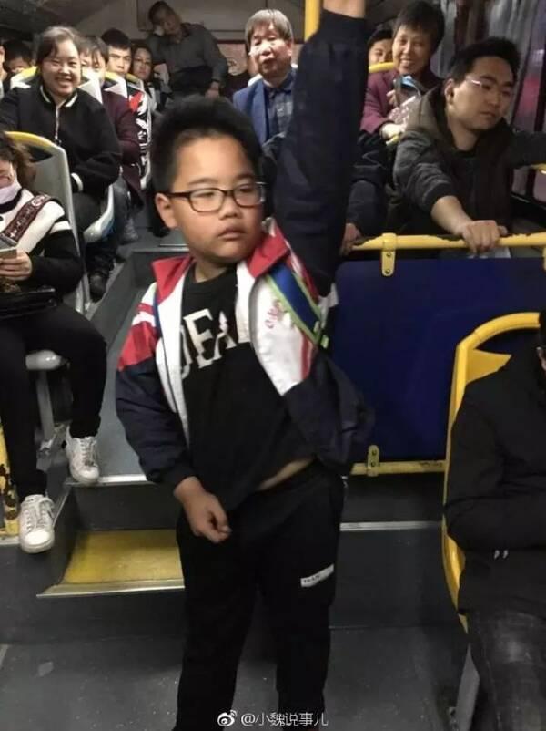 宁波10岁小学生一趟公交车让座4次:他们比我更需要