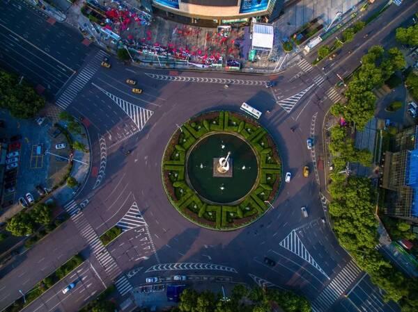 湘潭热门话题# 建设路口君子莲转盘新装红绿灯!