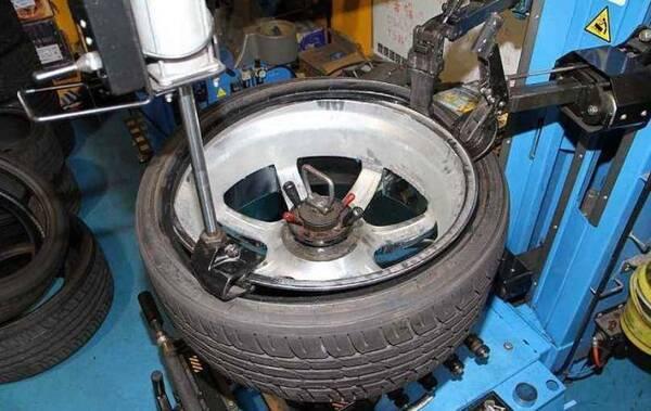 车主网购四条轮胎,修车店说啥都不给装,老板放话:给1000都不干