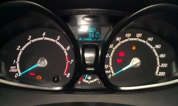 油表灯亮了车还能跑多远?老司机亲身实测,怕油用光就记准这个数