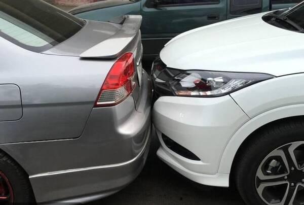 车主为防追尾在车后贴八个字,撞车事故反而增多,网友看后都笑了