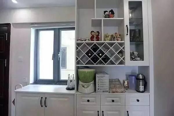 餐边柜,做了个高低柜,毕竟刚好有个窗户可不能把光线都挡住了.图片