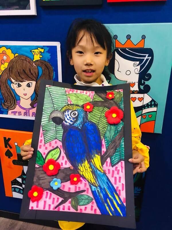 少儿创意美术综合类作品《金刚鹦鹉》图片