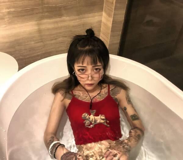 个性壁纸女 霸气有纹身图片