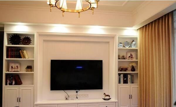 客厅的电视墙做了很漂亮的边框造型,两边的收纳柜用来储物,增加了美感