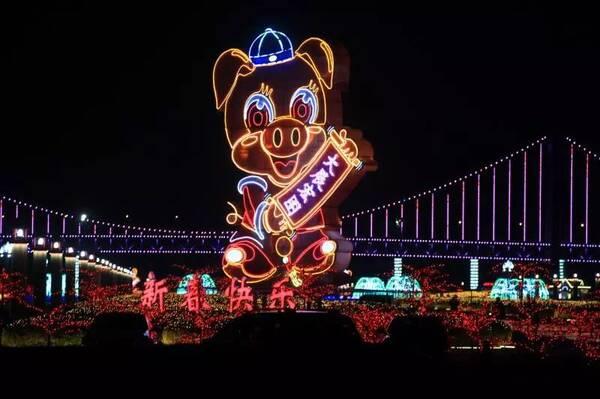 设计,是充分借助与利用星海广场喷泉主体,专门制作由1组大型灯光造型图片