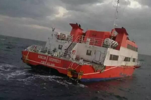号渔船船长 王卫平 这艘游艇宽约10米,长30-40米,三层结构,底层是机舱