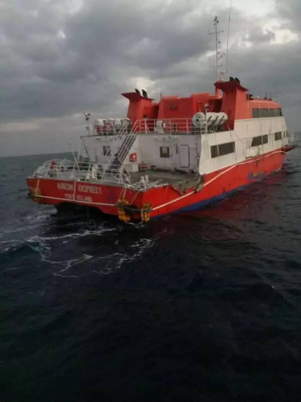 """""""这艘游艇宽约10米,长30-40米,三层结构,底层是机舱."""