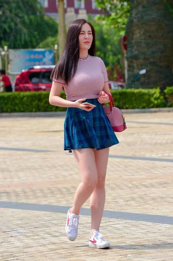 街拍:条纹衫邂逅短裙,小姐姐成了最时尚的人!网友:回力鞋亮了