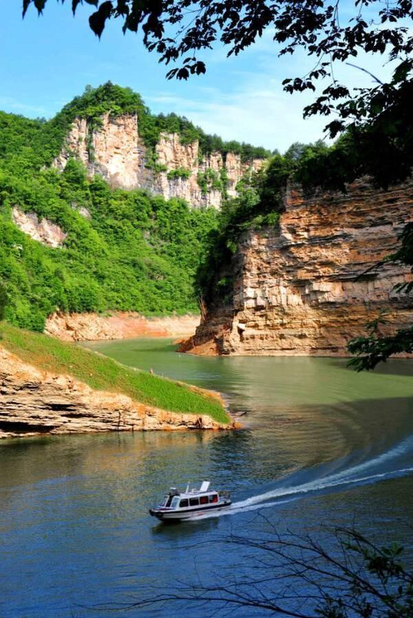 天湖风景区位于陕西省宁强县东南部的二郎坝镇,集自然风光,水域风光于
