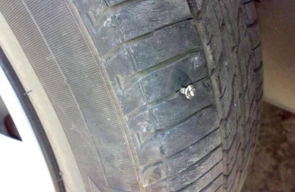 """车胎被扎怎么办?老司机:掏钱叫拖车是""""笨""""招,聪明人两招搞定"""
