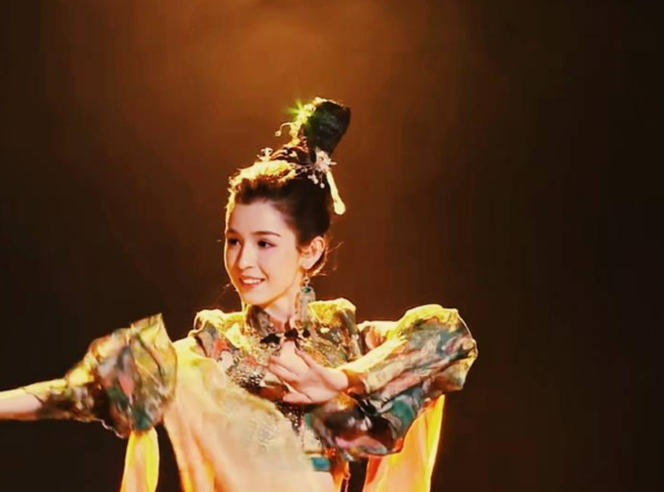 佟丽娅哈尼克孜一同表演敦煌舞,网友:一个明星一个网图片