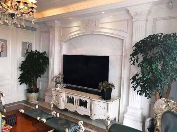 沈梦辰家的电视墙也非常的欧式,和电视柜非常协调,一看家里的所有家具