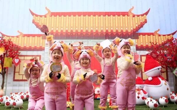 孩子们在老师的指导下包汤圆迎新年 幼儿园老师正在进行舞龙表演