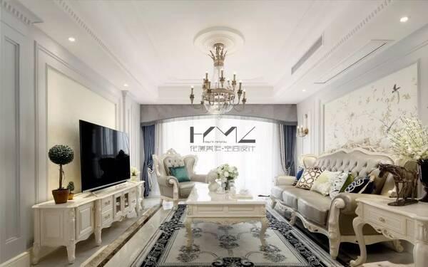客厅只是局部吊顶安装中央空调,用花边石膏线装饰,华丽的欧式家具