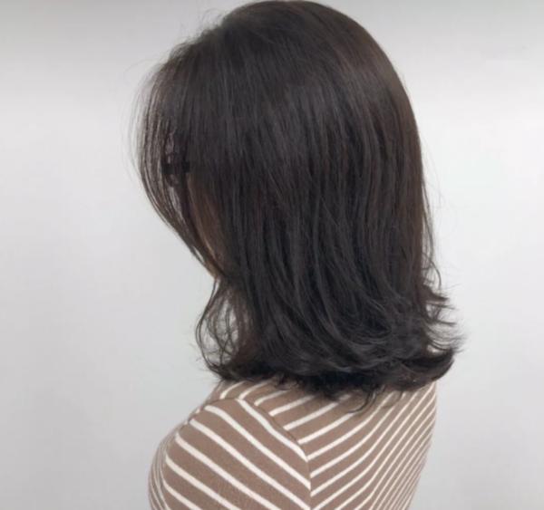 """简约的""""懒人烫""""发型,两边头发完美的遮住脸颊,有助遮肉,拉长脸颊.图片"""