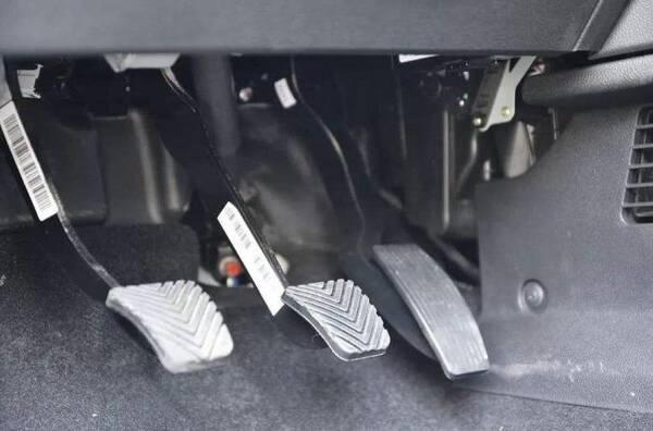 离合和刹车能同时踩吗?原来驾校只教了一半,修车时车主才搞明白