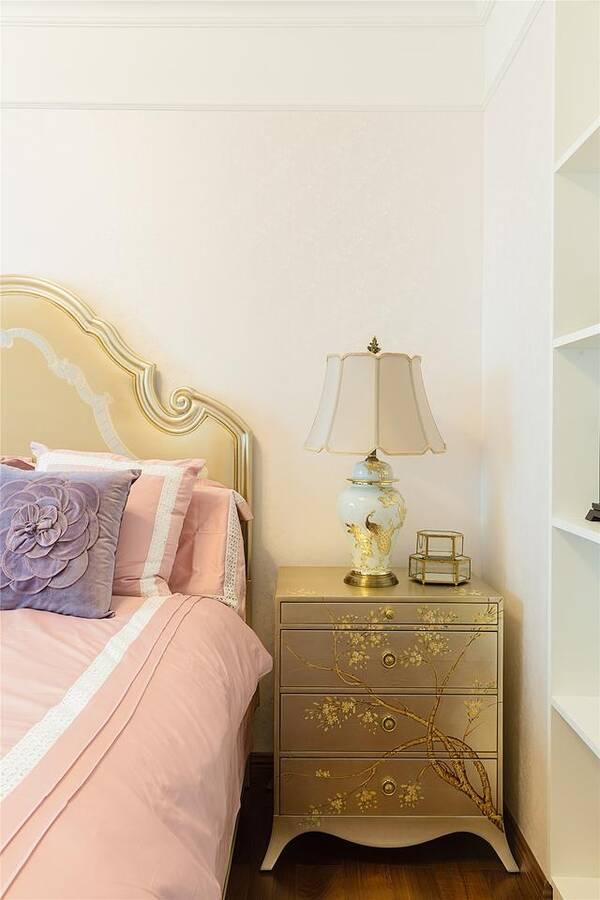 女孩房粉色的欧式床,搭配上金色的床头柜和梳妆台出活力清新又不失