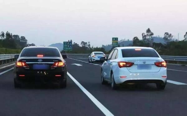 跑高速一直占用超车道有多危险?老司机说完,网友:他们不配开车