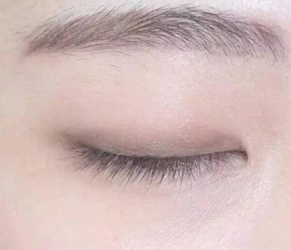 第三步:用深色分别从眼角和眼尾向中间晕染,注意要画出眼角的延长感