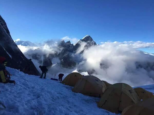 霹雳娇娃和她的夏尔巴人 | 8163米马纳斯鲁峰登顶记