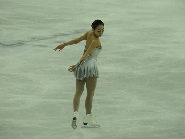 她是曾让中国人为之放炮的日本表情,冰面上最女孩头蘑菇包哭泣图片