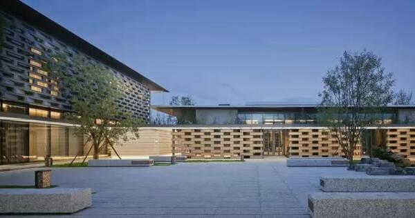 新中式的建筑风格,简约大方,出檐深远的金属屋面,充满变化的建筑立面