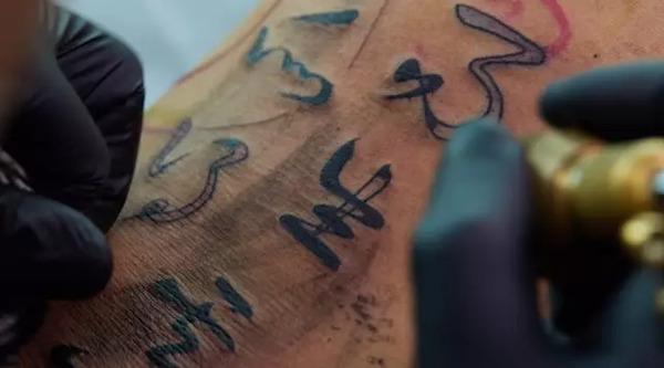 这个香港文身师,在贝克汉姆身上写了八个字:生死有命