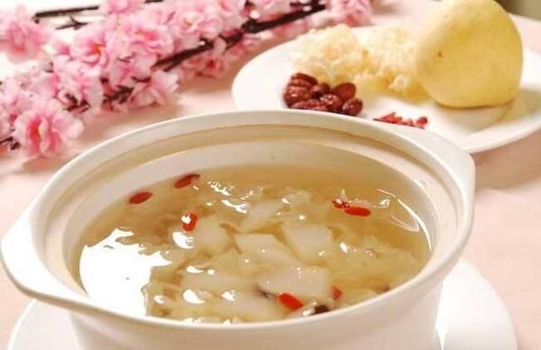 桂圆红枣茶,对身体有很好的调理作用~ 【3】银耳 桃胶和皂角米是我们